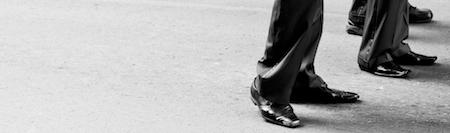 Les pieds d'hommes d'affaire en costume