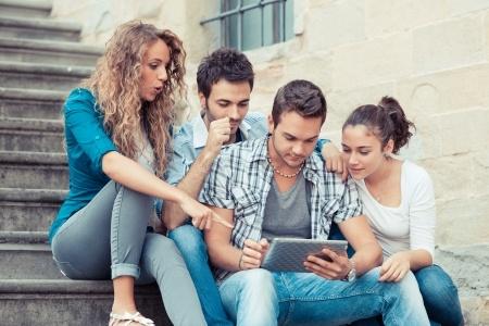 Jeunes qui consultent une tablette
